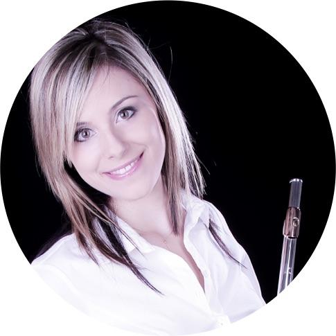 lûtiste, Piccoliste et Pédagogue depuis plus de 12 ans, Emilie Fournier est tout aussi impliquée dans sa vie artistique que dans sa vie d'enseignante, elle se produit en concert au sein de plusieurs Ensembles et enseigne dans différentes écoles de musique en Suisse Romande. emilie@l-atelier-f.ch | 078 666 3093